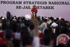 Presiden Bersepeda Serahkan Sertifikat Tanah ke Warga Jabodetabek