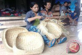 Pengungsi Gunung Agung Buat Kerajinan Anyaman Bambu