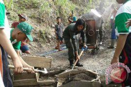 Menwa Undiksha Laksanakan Kerja Bhakti di Lokasi TMMD
