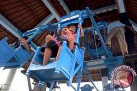 Puluhan Anak Main Ayunan Jantra di Mengwi