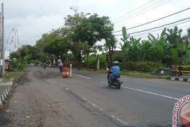 Warga Jembrana Pasang Drum pada Jalan Nasional Rusak