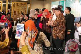 Mensos Bernyanyi Hibur Peserta Pernikahan Massal