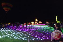 Wisatawan Kunjungi Festival Lampion saat Liburan Natal