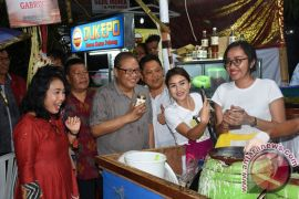 Menkop Puspayoga nikmati kuliner di Denpasar Festival