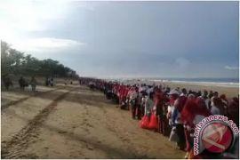Ribuan Masyarakat Muslim Bali bersihkan sampah Pantai Kuta