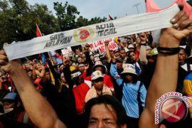 Saat Presiden lantik pejabat negara, nelayan demo di depan Istana