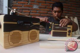 Pengrajin Radio Kayu Limbah