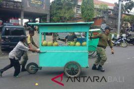 Belasan gerobak pedagang kaki lima diangkut Satpol PP Jembrana