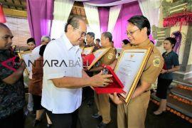 Pemkab Gianyar Beri Penghargaan Kepada OPD Terbaik