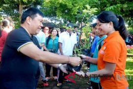 Disnaker Denpasar dan mahasiswa tanam 500 pohon