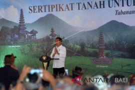 Jokowi Bagikan Sertifikat Tanah di Tabanan