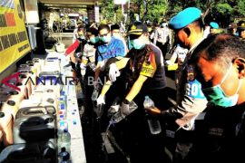 Untuk Nyepi aman, Kapolres Gianyar  musnahkan arak-tuak (video)