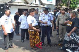 Satpol PP tertibkan PKL di Jalan Kartini Denpasar