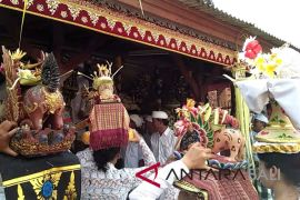 Nyepi, umat Hindu Bali tetap gelar persembahyangan Saraswati (video)
