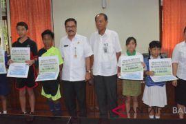 Sekda Bali serahkan beasiswa Korpri-BPD untuk 18 siswa berprestasi