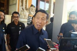 Gubernur Pastika bantu nenek kurang mampu dari Karangasem