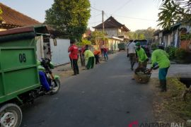DLH-masyarakat Gianyar gotong royong bersihkan lingkungan