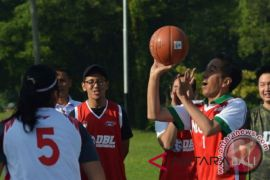Presiden Jokowi main bola basket bersama atlet pelajar
