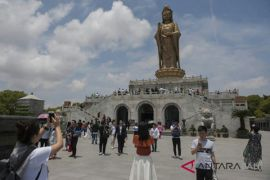 Warga Tiongkok berwisata religi di Gunung Putuo