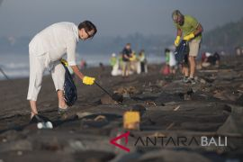 Finance Minister gives incentive funds for Bali on plastic limitations