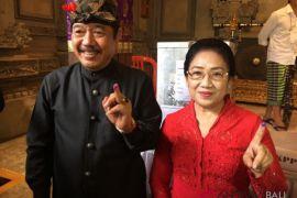 Cawagub Cok Ace mencoblos diiringi gong tradisional Bali (video)