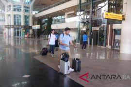 Sejumlah penumpang pilih bertahan di Ngurah Rai