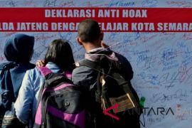 Hoaks, bahasa dan sastra