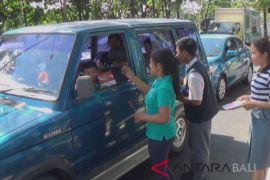 Pemuda Jembrana bagikan buku butir Pancasila