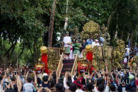 Jokowi bagi-bagi buku di pawai PKB