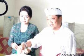 Cagub Rai Mantra mencoblos bersama keluarga (video)