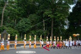 Tradisi Mapeed di Tabanan