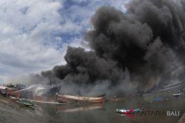 Olah TKP kebakaran kapal di Benoa dibatalkan (video)