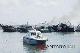 Lanal Denpasar bantu pemadaman kebakaran kapal Benoa