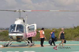Gelombang tinggi, wisatawan pilih naik helikopter