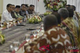 Presiden Jokowi ingatkan bupati hati-hati kelola ekonomi daerah