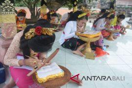 Lomba menulis huruf Bali di daun lontar