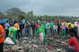 Pemkab Gianyar bersihkan Pantai Sabha