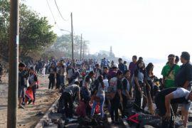 KKP-Relawan pungut sampah dan plastik di Pantai Sanur