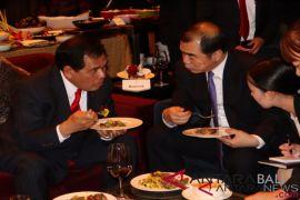 Rujak dan gorengan di meja diplomatik