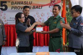 Bawaslu Bali serahkan bantuan korban gempa Lombok