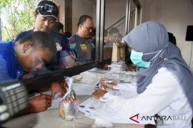 Personel Damkar Badung dites urine