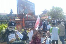 Jelang IMF, puluhan aktivis demo di Polda Bali