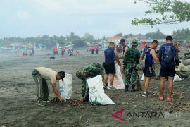 Institusi gabungan bersihkan sampah Pantai Jembrana