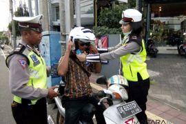 Polda Bali bagikan helm SNI gratis giat operasi zebra