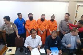 Polda Bali serahkan tiga warga asing kasus penipuan