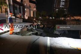Wakil Wali Kota Surabaya tinjau  jalan raya Gubeng ambles