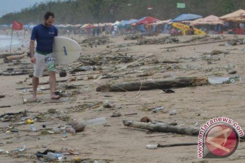 4,000 volunteers clean garbage at Kuta Beach before IMF-WB meeting