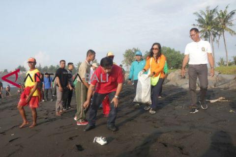 Pejabat Pemkab Gianyar Bersihkan Pantai