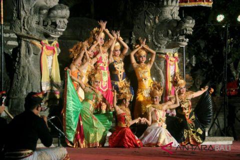 Siswa Bangli-Denpasar usung THK dalam