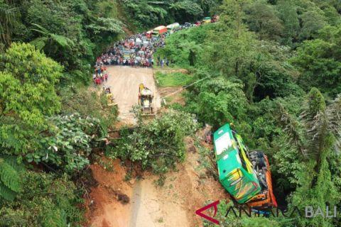 Kendaraan dihantam longsor